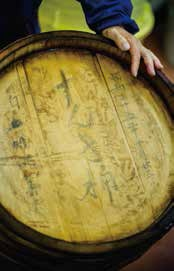 五味沢さんの義理の祖父の代に作られたすんき桶。漬ける時は、毎年同じ桶が使われる