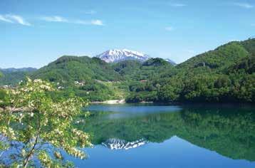 御嶽湖に映り込む、標高3,067mの御嶽山