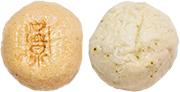 温泉まんじゅう(左)、しそまんじゅう(右)