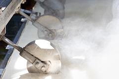 生木綿豆腐のカット工程